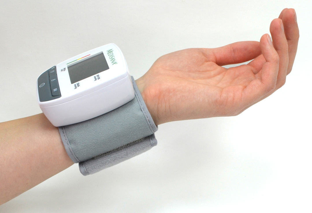 With cuff for wrist circumferences from 13.5 to 21.5 cm (for adults).
