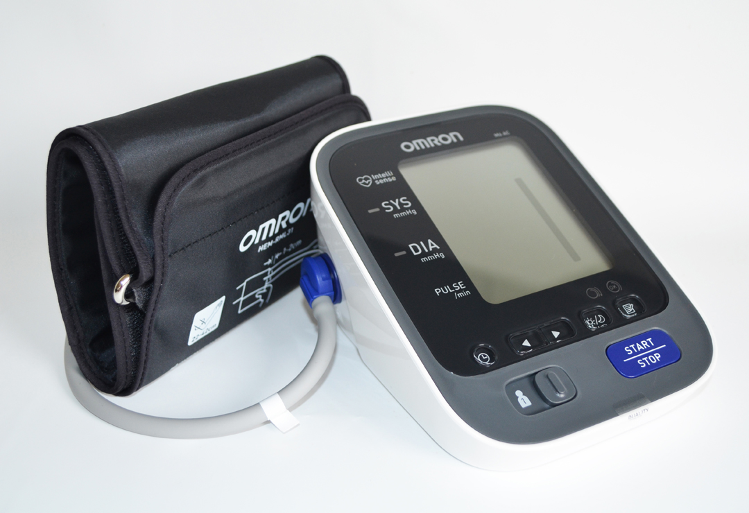 The compact blood pressure monitor upper arm Omron M6 AC is comfortable to use and has a very large display. 