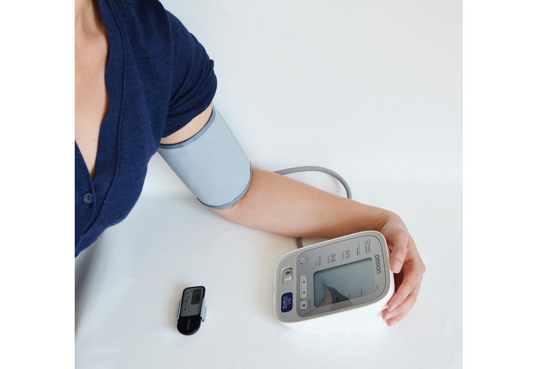 The compact blood pressure monitor upper arm Omron M6W is comfortable to use and has a very large display. 
