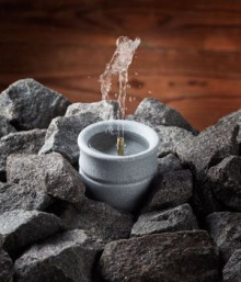 Relaxation with the Hukka Solina sauna fountain: the gentle splashing of water and improved humidity control provide a perfect sauna atmosphere.